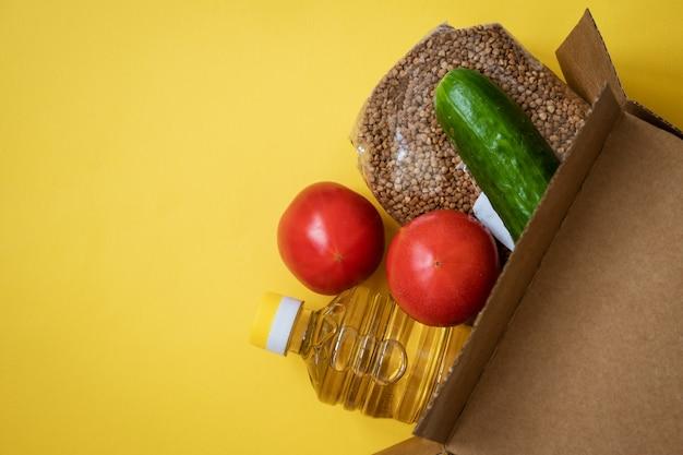 Essen in einem karton auf gelbem grund