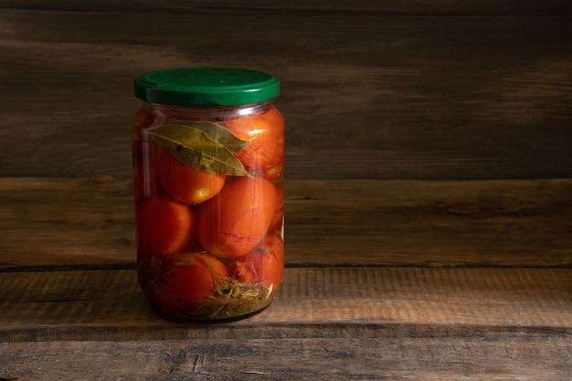 Essen in einem paket auf einem hölzernen hintergrund. foodstock-konzept