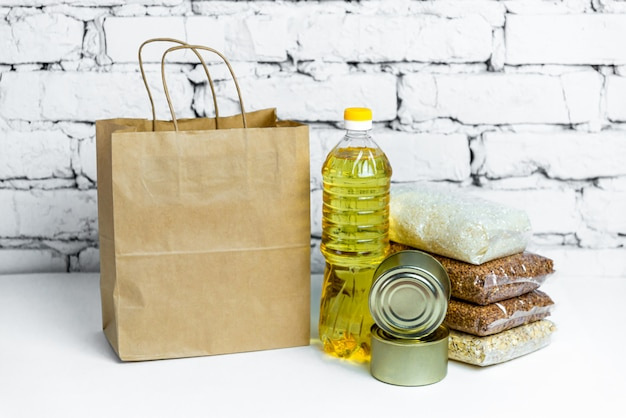 Essen in einer papiertüte für spenden. anti-krisen-bestand an wesentlichen gütern für die zeit der quarantäneisolation. lebensmittellieferung, coronavirus.