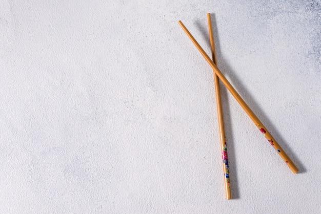 Essen klebt. chinesische essstäbchen aus holz für asiatische gerichte, orientalisches essen aus bambusstöcken