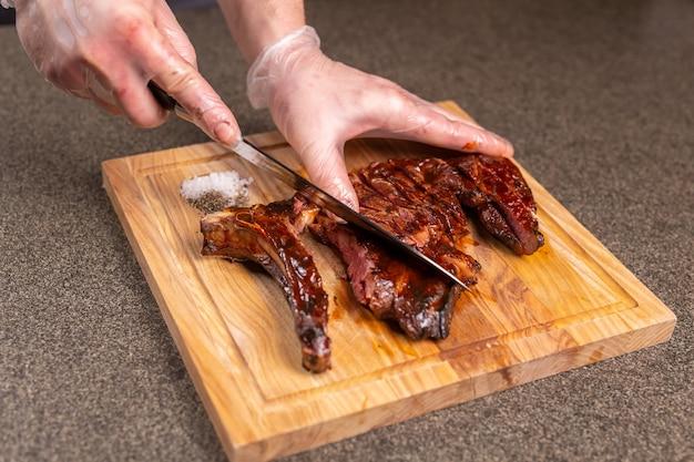 Essen, leckeres und handwerkliches konzept - servieren von gegrilltem steak