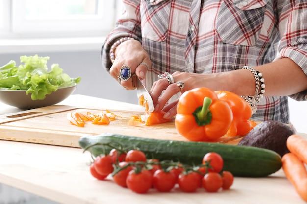 Essen. mädchen in der küche