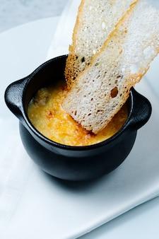Essen mit geschmolzenem käse und crackern