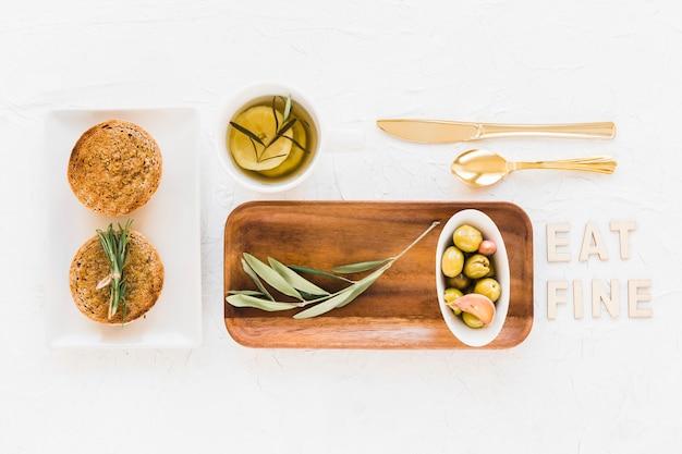 Essen sie feinen text mit rosmarin, brot und oliven