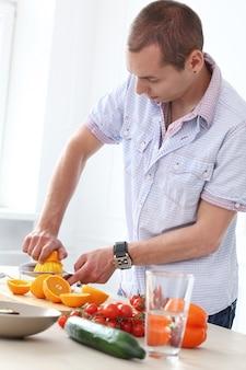 Essen. wunderschöner mann in der küche