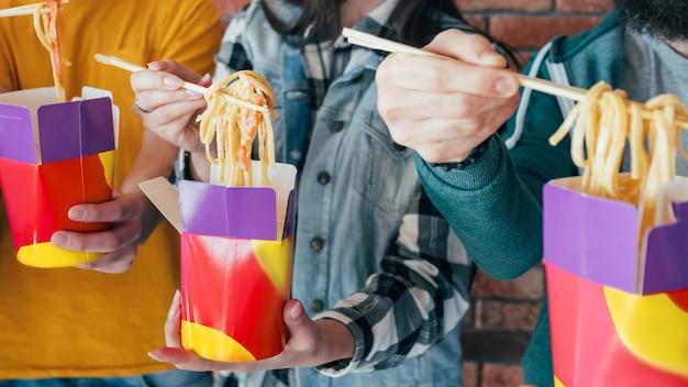 Essen zum mitnehmen. chinesische nudeln in box-dinner. tausendjährige essgewohnheiten
