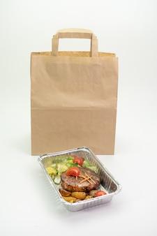 Essen zum mitnehmen, mittagessen in businessboxen oder folienbehältern mitbringen
