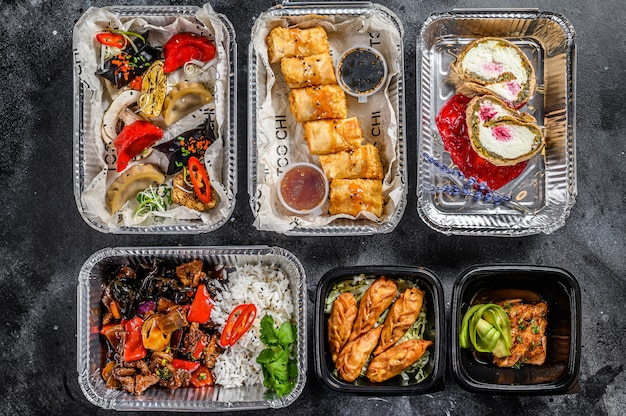 Essen zum mitnehmen wählen. frühlingsrollen, knödel, gyoza und dessert in der brotdose. nehmen sie und gehen sie bio-lebensmittel. traditionelles thailändisches und asiatisches essen. .