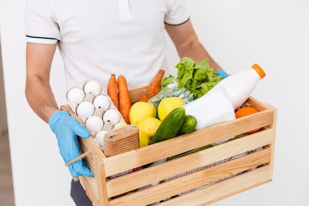 Essenslieferant mit taschen in einer schutzmaske im gesicht