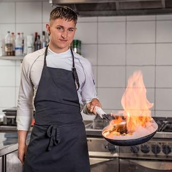 Essenszubereitung durch einen professionellen koch, extravagant
