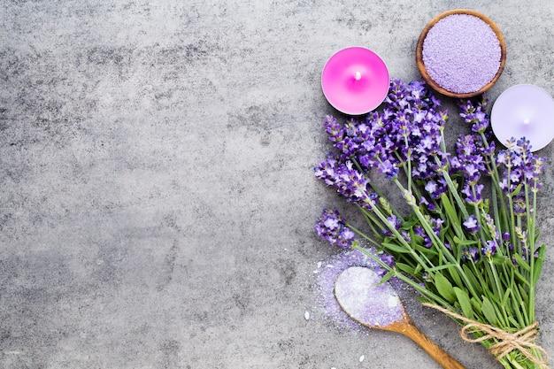 Essentielles lavendelsalz mit blumen draufsicht