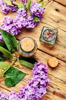 Essenz aus lila blüten