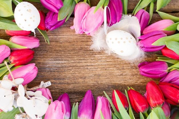 Esserrahmen mit frischen tulpen und eiern
