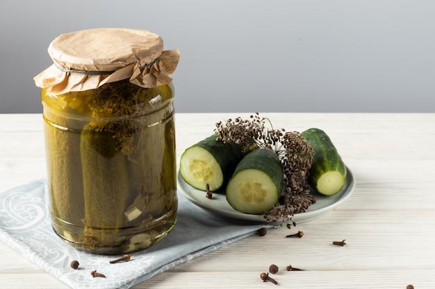 Essiggurken. essiggurken. stillleben mit gesalzenen gurken hausgemachte eingelegte gurken in einem glas