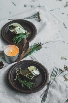 Essplatz mit tannenzapfen, zweigen und goldenen weihnachtsschmuck verziert