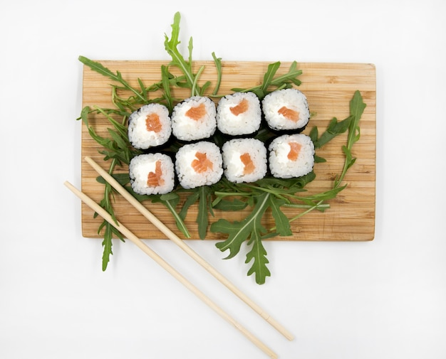 Essstäbchen sushi-set isoliert auf weißem hintergrund