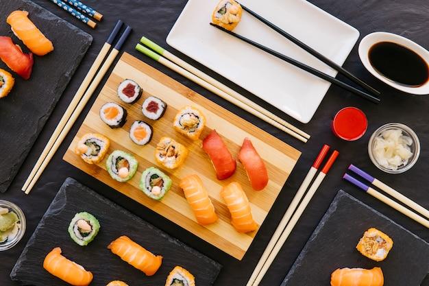 Essstäbchen und eine reihe von schönen sushi