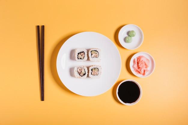 Essstäbchen und gewürze in der nähe von sushi