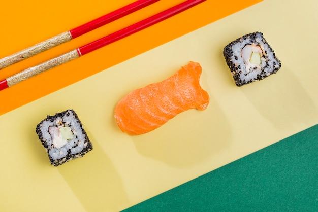 Essstäbchen und sushi-rollen