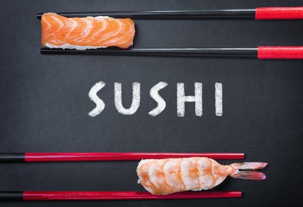 Essstäbchen und zwei sushi und eine inschrift