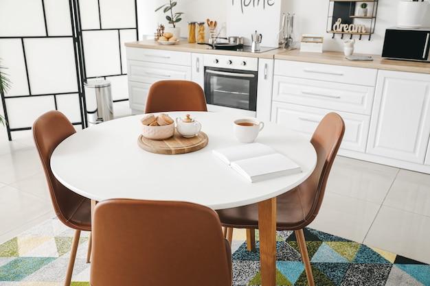 Esstisch im innenraum der modernen küche