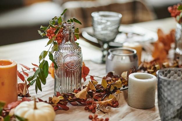 Esstisch mit aschenbeerzweigen dekoriert