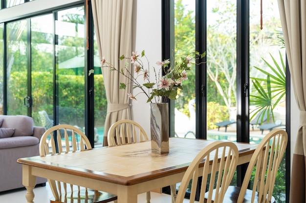Esstisch mit blick auf den pool in luxusvilla