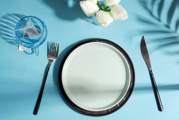 Esstisch mit keramikplatte, messer und gabel
