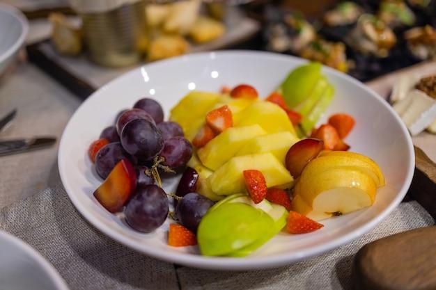 Esstisch mit snacks, dekoriert mit schönen sommerblumen. food table gesundes leckeres bio-mahlzeit-konzept. warten auf den gast.