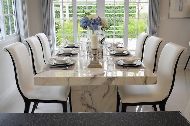 Esstisch und bequeme stühle im vintage-stil mit eleganten tischdekoration
