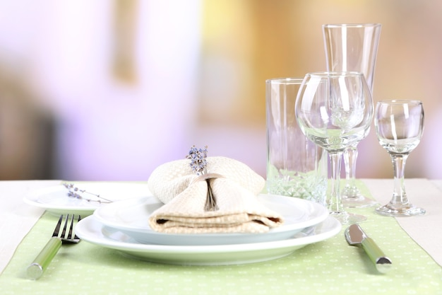 Esstischgedeck mit lavendelblumen auf tisch auf defokussiertem restaurant