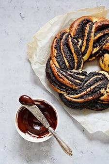 Estnischer kringle. brioche mit mohn und schokolade, kranz.