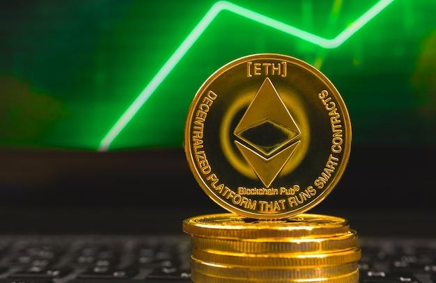 Ethereum-börsen- und handelskonzept, großes wachstum, grünes aktiendiagramm auf dem hintergrundfoto
