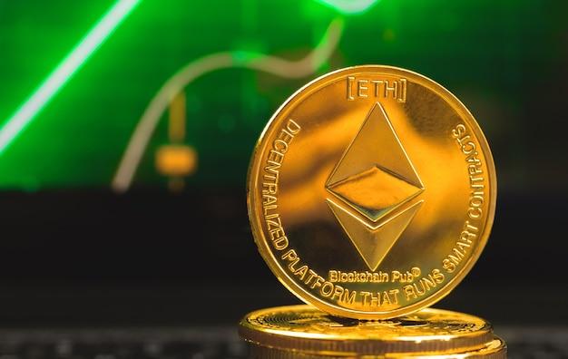 Ethereum-münze auf dem hintergrund des grünen aktiendiagramms, nahaufnahmefoto