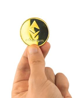 Ethereum-münze in der hand, banner isoliert auf weißem hintergrund, raumfoto kopieren