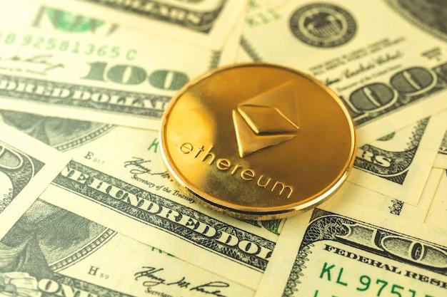Ethereum-münze und dollar im hintergrund, kryptowährungswechselkonzept, geschäftsfoto