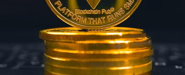 Ethereum-münzen-nahgeschäft und krypto-banner, börsen- und handelskonzeptfoto