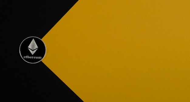 Ethereum oder eth-silbermünze auf gelbem hintergrund mit kopienraum für text und lichtstrahl. kryptowährung und kryptokonzept von etherum.