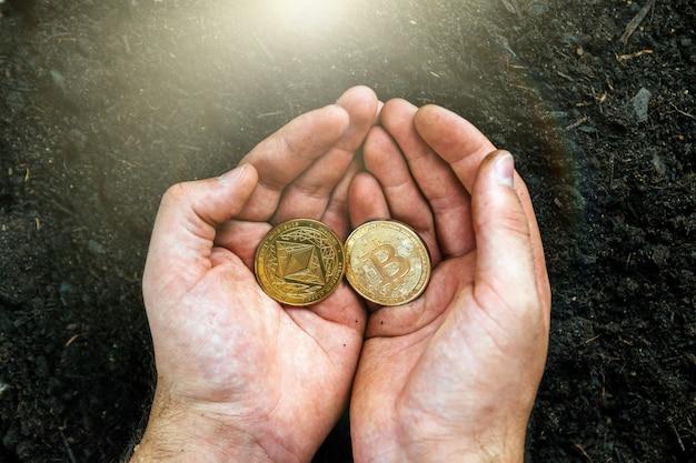 Ethereum und bitcoin in den händen des miners. goldene bitcoins abbauen