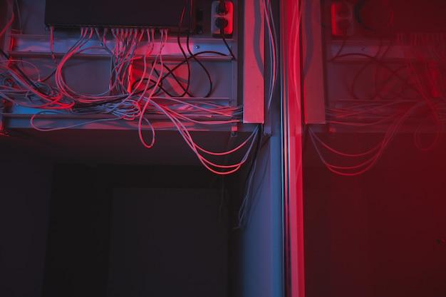 Ethernet-hub im hintergrund eines dunklen serverraums