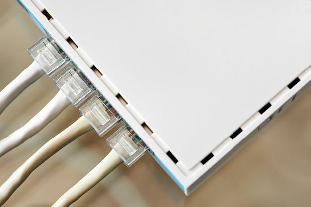 Ethernet-kabel an desktop switch oder routerboard angeschlossen