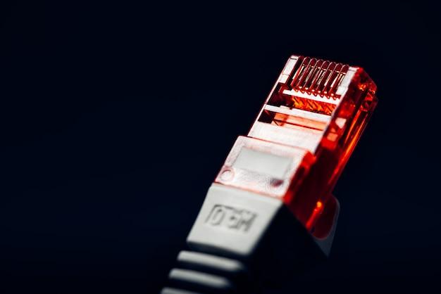 Ethernet-rj45-anschluss auf dunklem hintergrund