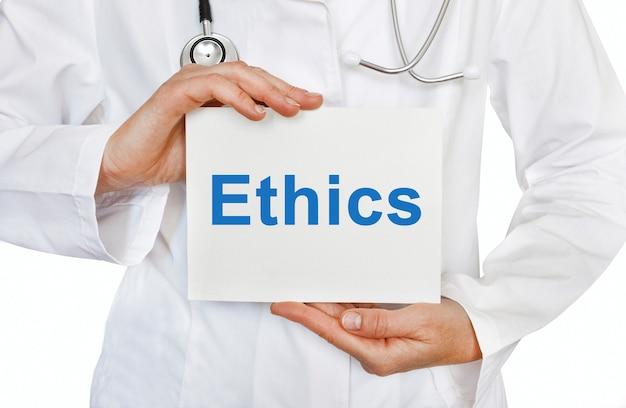 Ethikkarte in händen des arztes