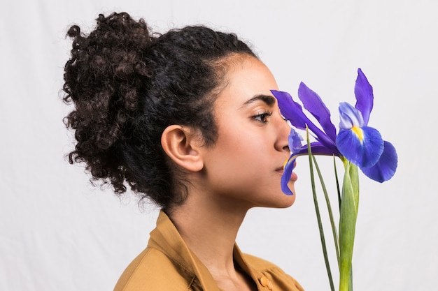 Ethnische frau mit blauer irisblume