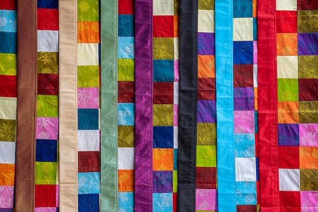 Ethnische hmong-patchwork-steppdecke für touristen auf der straße im bergdorf sapa, nordvietnam zu verkaufen, nahaufnahme