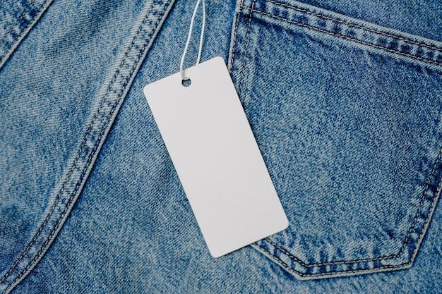 Etikett, etikett, jeansmodell auf grauem hintergrund