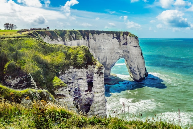 Etretat aval klippe, felsen und naturbogen wahrzeichen und blauer ozean. normandie, frankreich, europa.