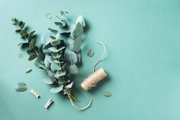 Eukalyptusblumenstrauß, der mit babyblaueukalyptusniederlassungen schafft