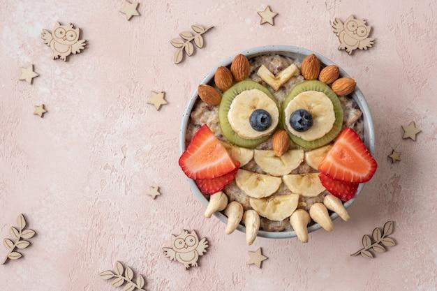 Eulenförmiges frühstück gesunder haferbrei für kinder
