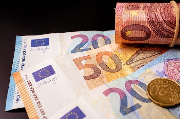 Euro-banknoten auf einem dunklen schreibtisch